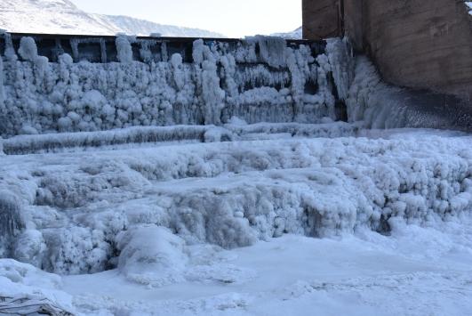 Karstaki eski HES baraj gölü yüzeyi dondu