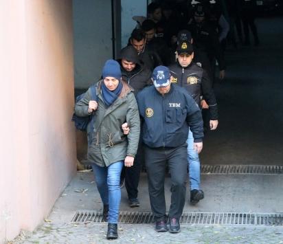 İzmirde, FETÖden gözaltına alınan 105 asker adliyeye sevk edildi