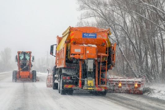 Karla mücadele ekipleri, yolların açılması için çalışmalarını sürdürüyor.