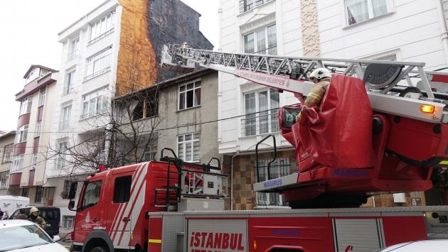 Yangında mahsur kalan kardeşleri itfaiye kurtardı