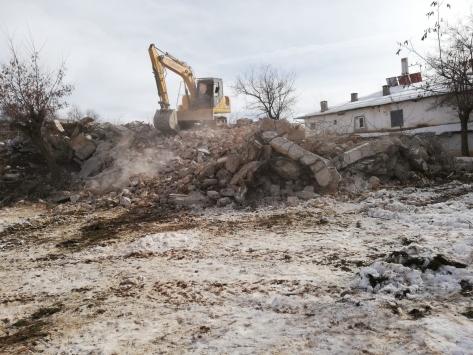 Bozkırda metruk binalar yıkılıyor