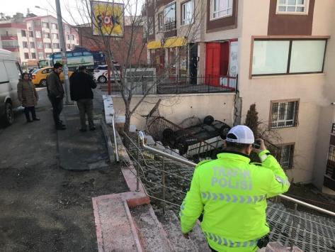 Apartman bahçesine devrilen otomobildeki anne ve oğlu yaralandı