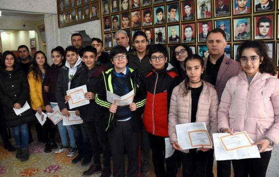 Kırşehirde takdir belgesi alan öğrenciler başarılarının mutluluğunu şehit aileleriyle paylaştı