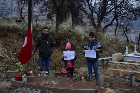 Karnelerini aldıktan sonra şehit babalarının mezarına koştular