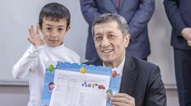 Milli Eğitim Bakanı Selçuk öğrencilere karne dağıttı