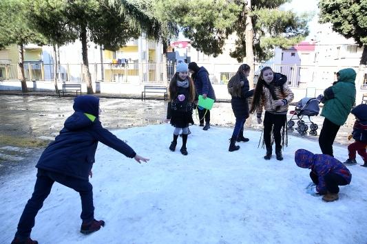 Trabzonda okul yönetiminden öğrencilere kar sürprizi