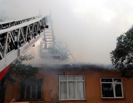 Kocaelideki yangından anne ve 4 çocuğunu vatandaşlar kurtardı