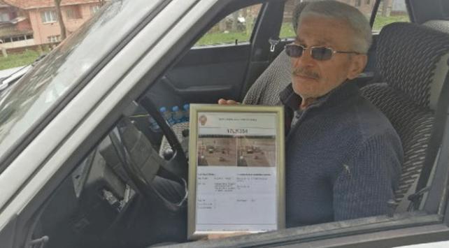 75 yaşında yazılan ilk trafik cezasını çerçeveletip duvara astı