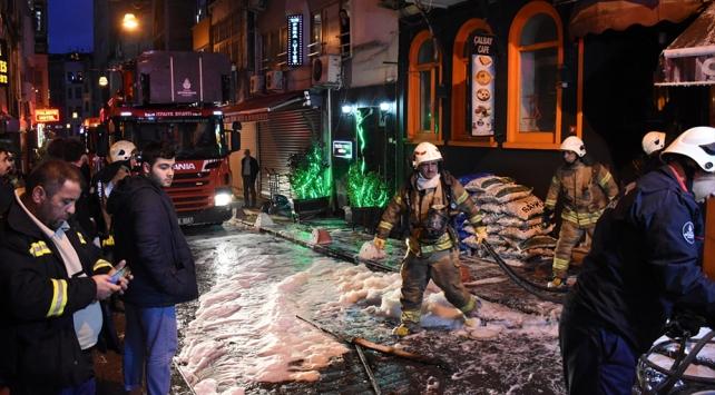 Beyoğlunda bir apartta çıkan yangın söndürüldü