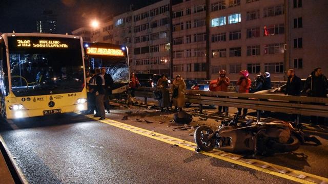 Metrobüs yoluna giren motosikletli kazaya neden oldu: 2 yaralı