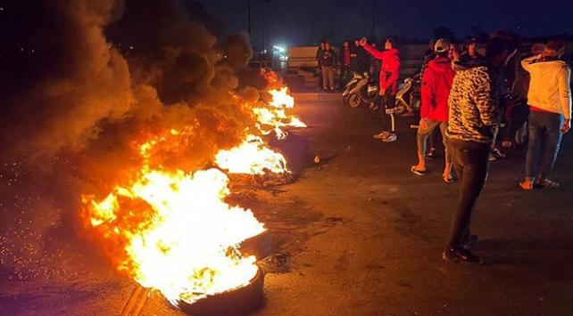 Irakta göstericiler yolları trafiğe kapattı; bazı vilayetlerde resmi tatil ilan edildi