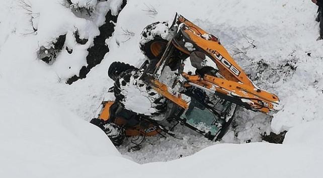Kardan kapanan yolu açmaya çalışan iş makinesi şarampole devrildi