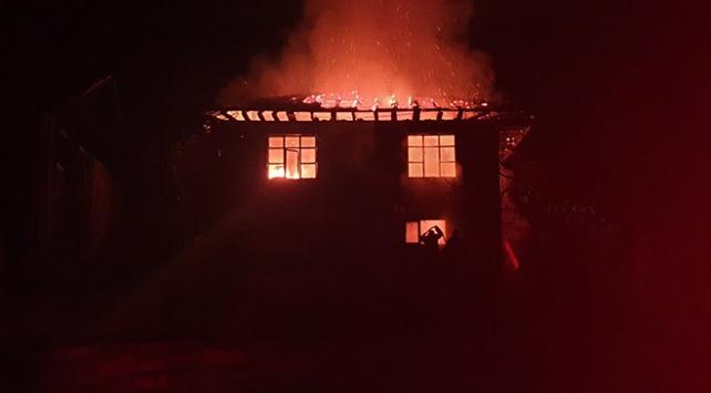Düzcede çıkan yangında ahşap ev kül oldu