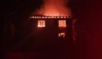 Düzce'de çıkan yangında ahşap ev kül oldu