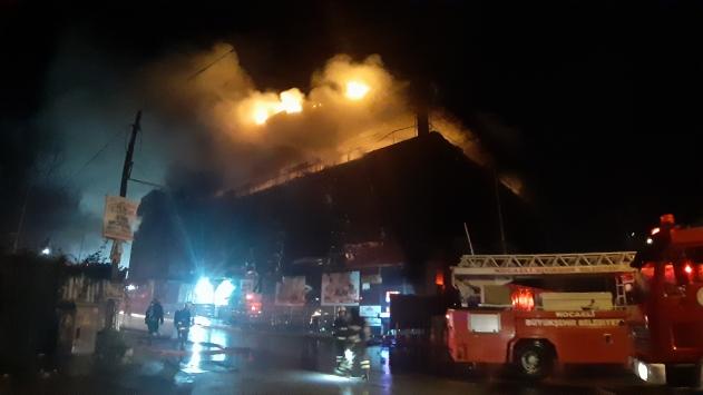 Kocaelide bir AVMnin çatısında yangın çıktı
