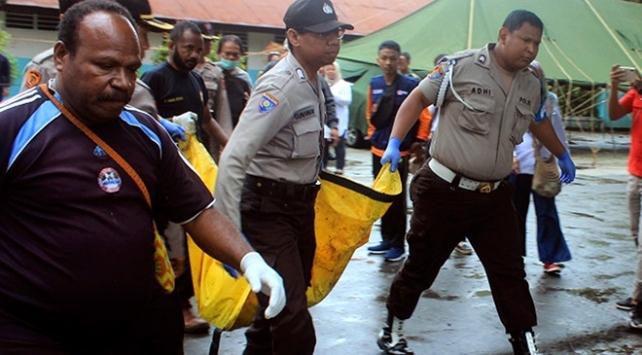Endonezyada sel nedeniyle asma köprü çöktü, 7 kişi öldü