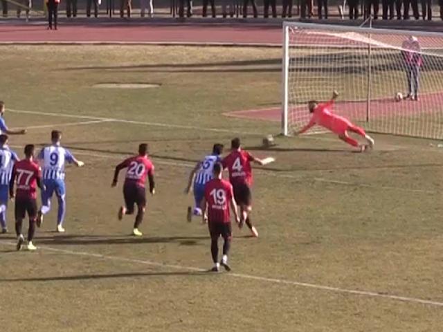 Penaltı üç kez tekrarlandı, önce kaleci, sonra futbolcu gole izin vermedi