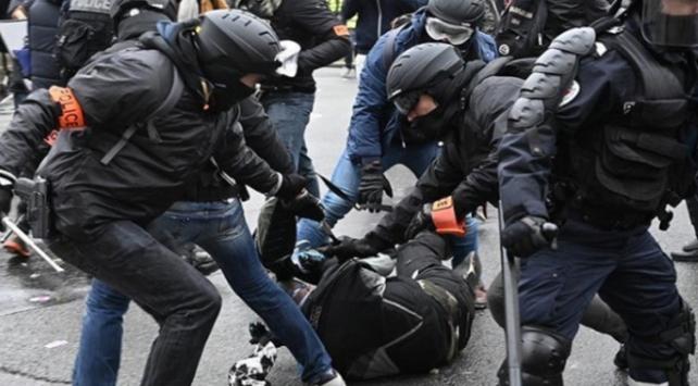 Fransada polisler darp ettikleri göstericiden şikayetçi oldu