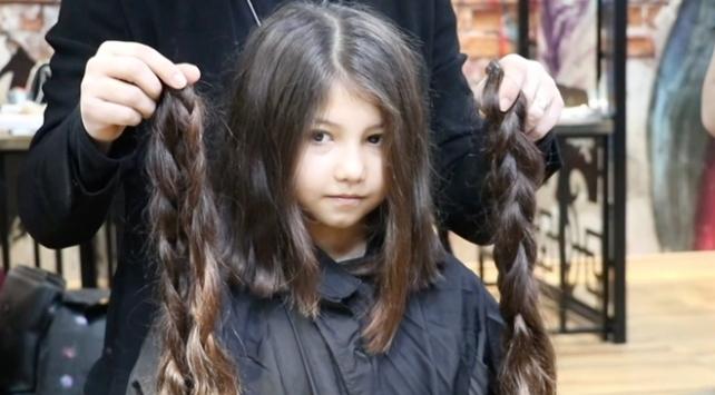 8 yaşındaki Zeynep saçlarını kanser hastaları için uzattı