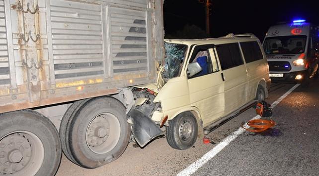 Aydında minibüs tıra çarptı: 2 ağır yaralı