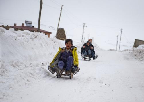 Köy çocuklarının yarıyıl tatili eğlencesi: kızakla kayak
