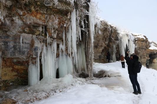 Ağrıda oluşan uzun buz sarkıtları fotoğrafçıların ilgi odağı oldu