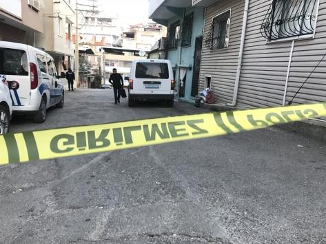 İzmirde bir kişi sokakta darbettiği eski eşini tüfekle yaraladı