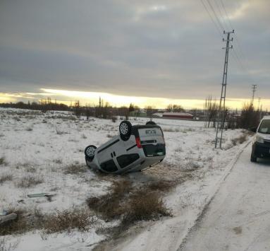 Kuluda hafif ticari araç devrildi: 3 yaralı