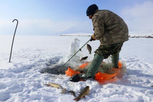Buzla kaplı 2 bin 241 rakımlı gölde zorlu balık avı