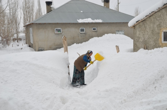 Hakkarideki bazı köylerde kar esareti yaşanıyor