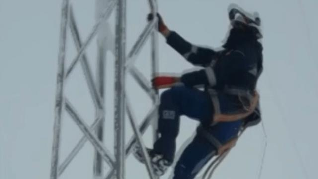 Elektrik telleri üzerinde zorlu buz kırma mesaisi