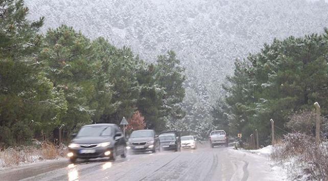 İstanbulun yüksek kesimlerinde kar yağışı etkili oluyor