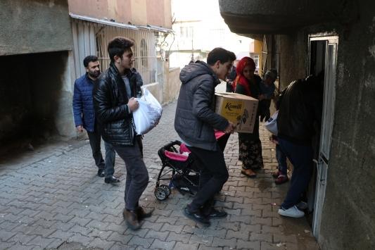 Lise öğrencileri, topladıkları 22 bin lirayı ihtiyaç sahibi ailelere bağışladı