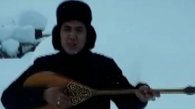 Kazakistan'da köyünde mahsur kalan ozanın dombıralı yardım çağrısı