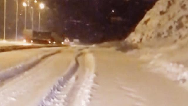 Karla kaplı yolda savrulan tır kameralara yansıdı