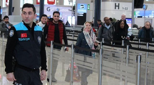 Turkuaz yelekli pasaport polisleri İstanbul Havalimanında