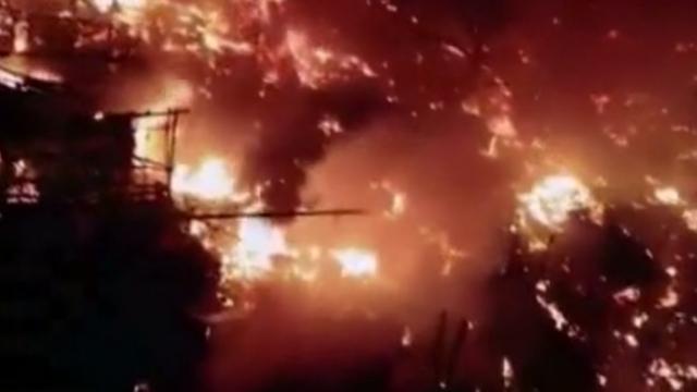 Pakistan'da gecekondu mahallesi alevler içinde kaldı