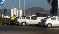 Hatay'da yol ortasında bozulan aracı trafik polisleri itti