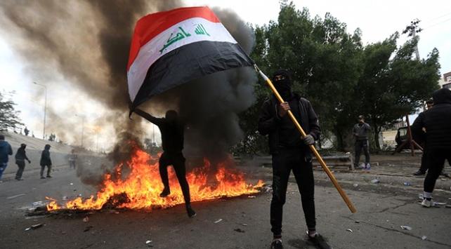 Irakta göstericiler yolları trafiğe kapattı