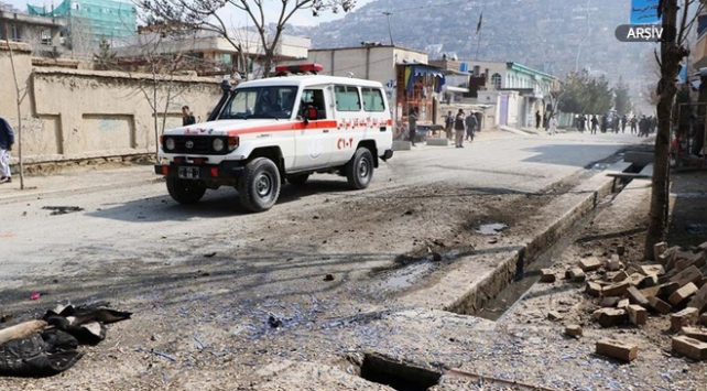 Afganistanda eczaneye el bombası atıldı