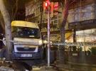 İstanbul'da servis minibüsü kaldırıma çıkıp ağaca çarparak durabildi