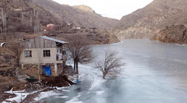 Dünyanın hızlı akan nehirlerinden olan Çoruh Nehri buz tuttu