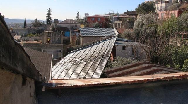 Adanada fırtına nedeniyle çatılar uçtu