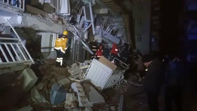 Yıkılan binalarda kurtarma çalışmaları devam ediyor
