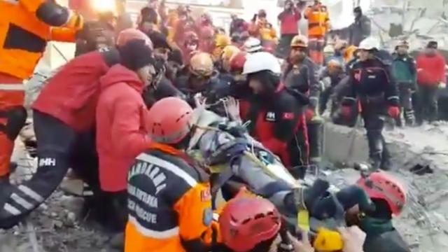 Deprem enkazından iki kişi sağ çıkarıldı
