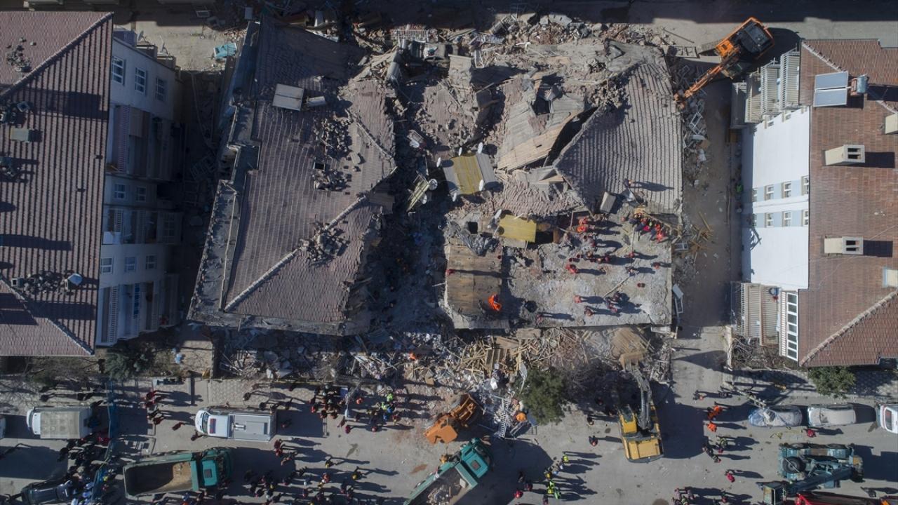 Depremin etkileri gün ağarınca ortaya çıktı