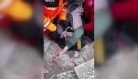 Kurtarılan kadın ekiplerden yardım istedi: Çocuklarım merdivenin altında