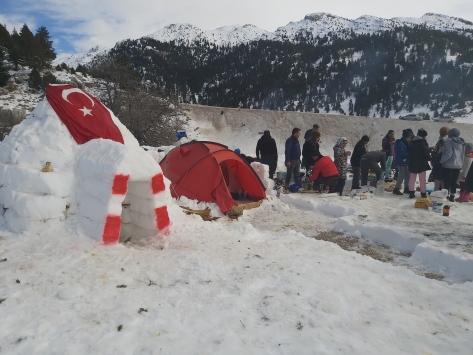 Aksekili öğrencilerden eğlenceli kış kampı