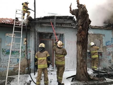 İzmirde metruk binada çıkan yangın söndürüldü