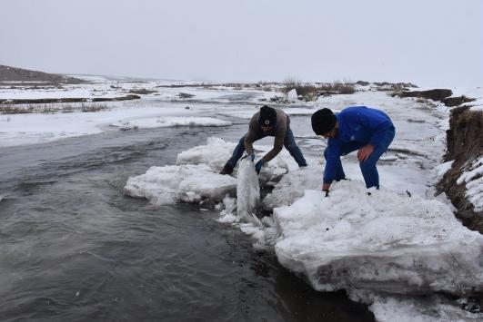 Çetin kışta traktörle su taşıyarak hayvanlarının ihtiyacını karşılıyorlar